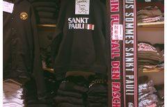 Schwarzer Pulli mit dem Black Flag-Logo